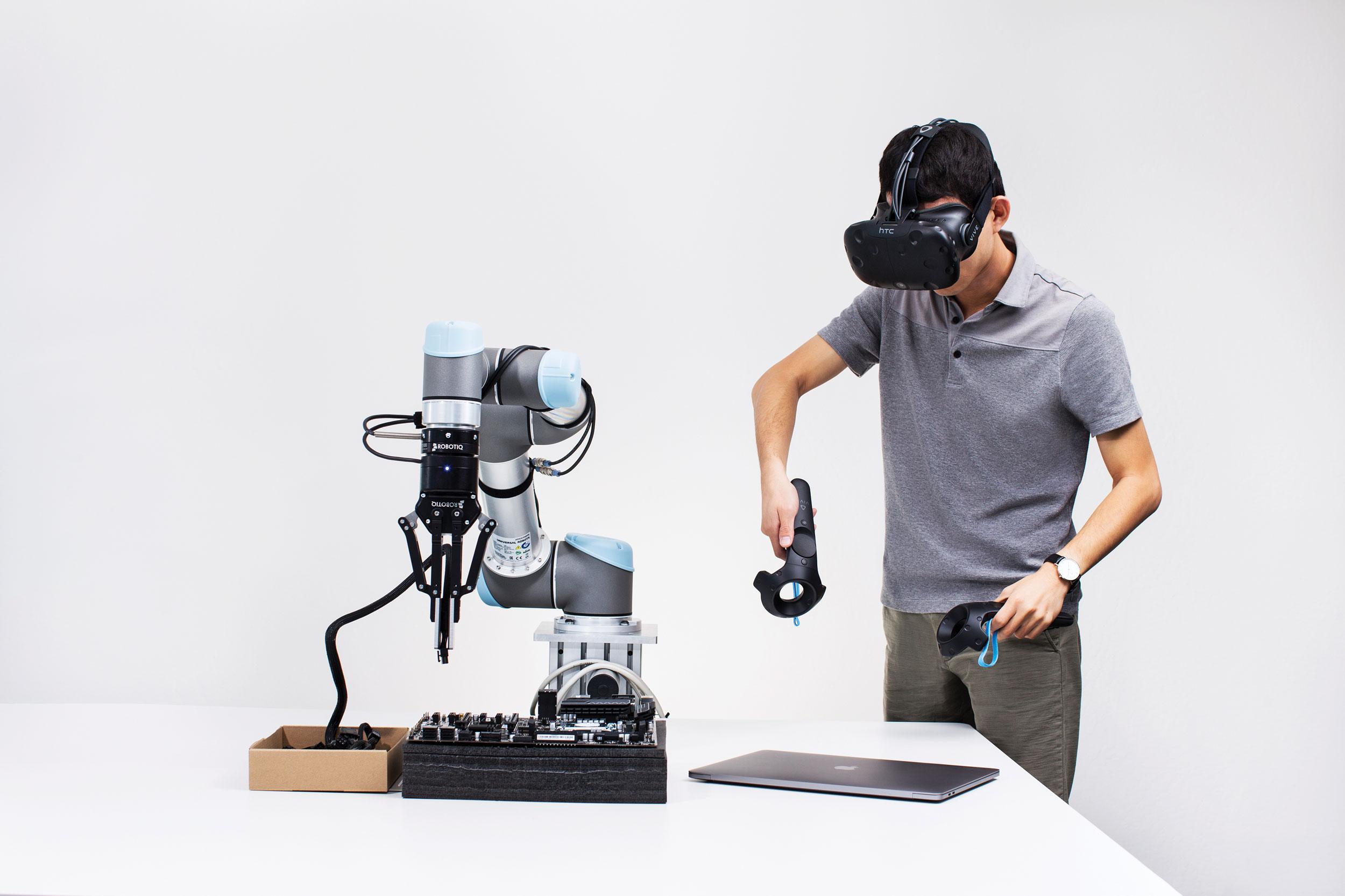 Un empleado de Embodied Intelligence usa una plataforma de realidad virtual para entrenar a un robot.