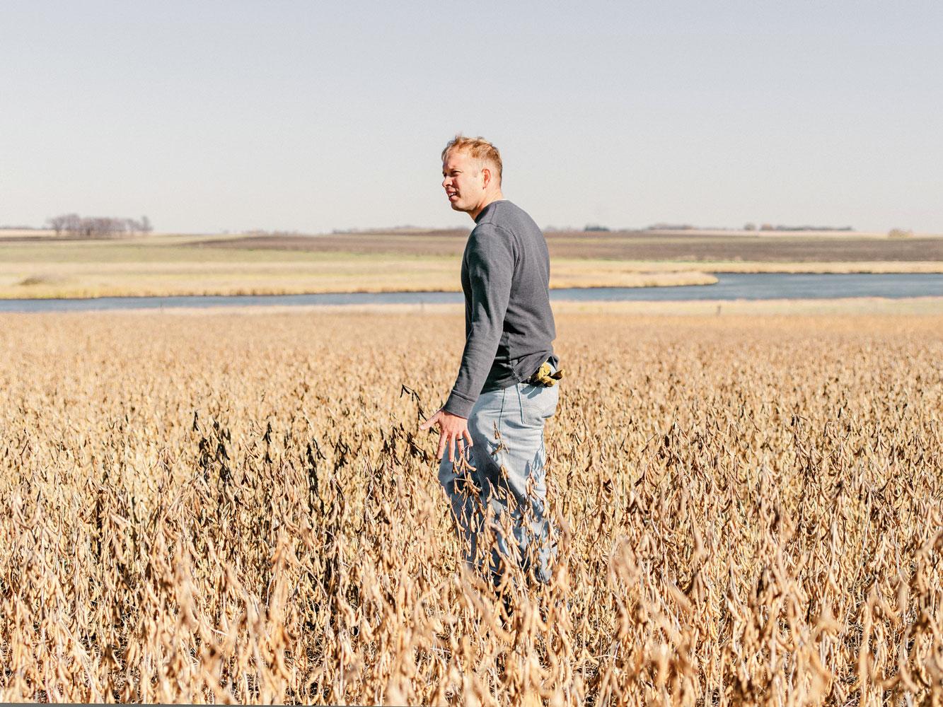 Jason McHenry en la tierra de Dakota del Sur donde cultiva soja creada con la edición de genes.