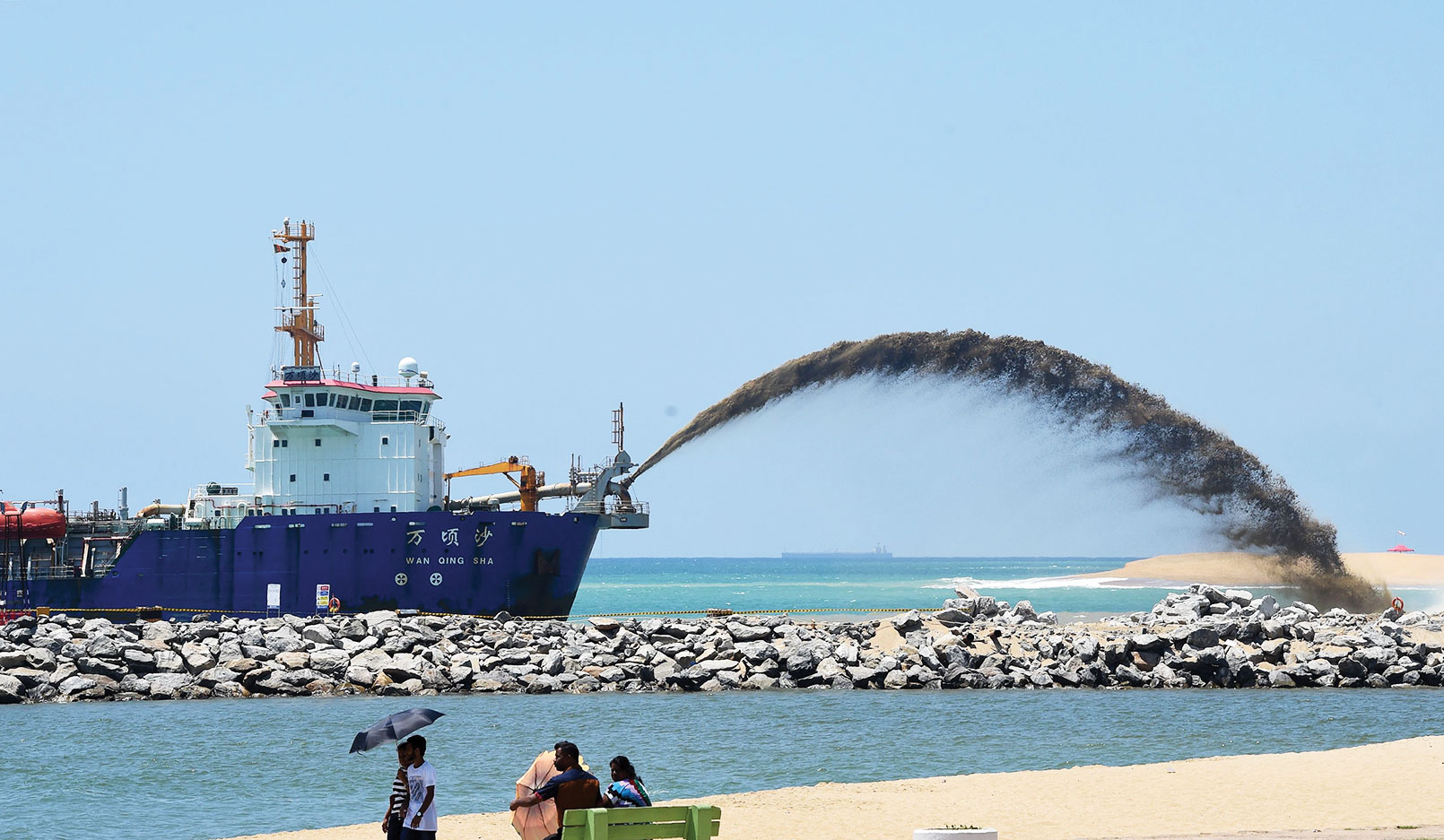 El <i> Wan Qing Sha </i>, una draga de succión con tolva de arrastre, ayuda a construir una nueva ciudad frente a la costa de Colombo como parte de un proyecto de infraestructura masivo de China, la mayor inversión extranjera en Sri Lanka.