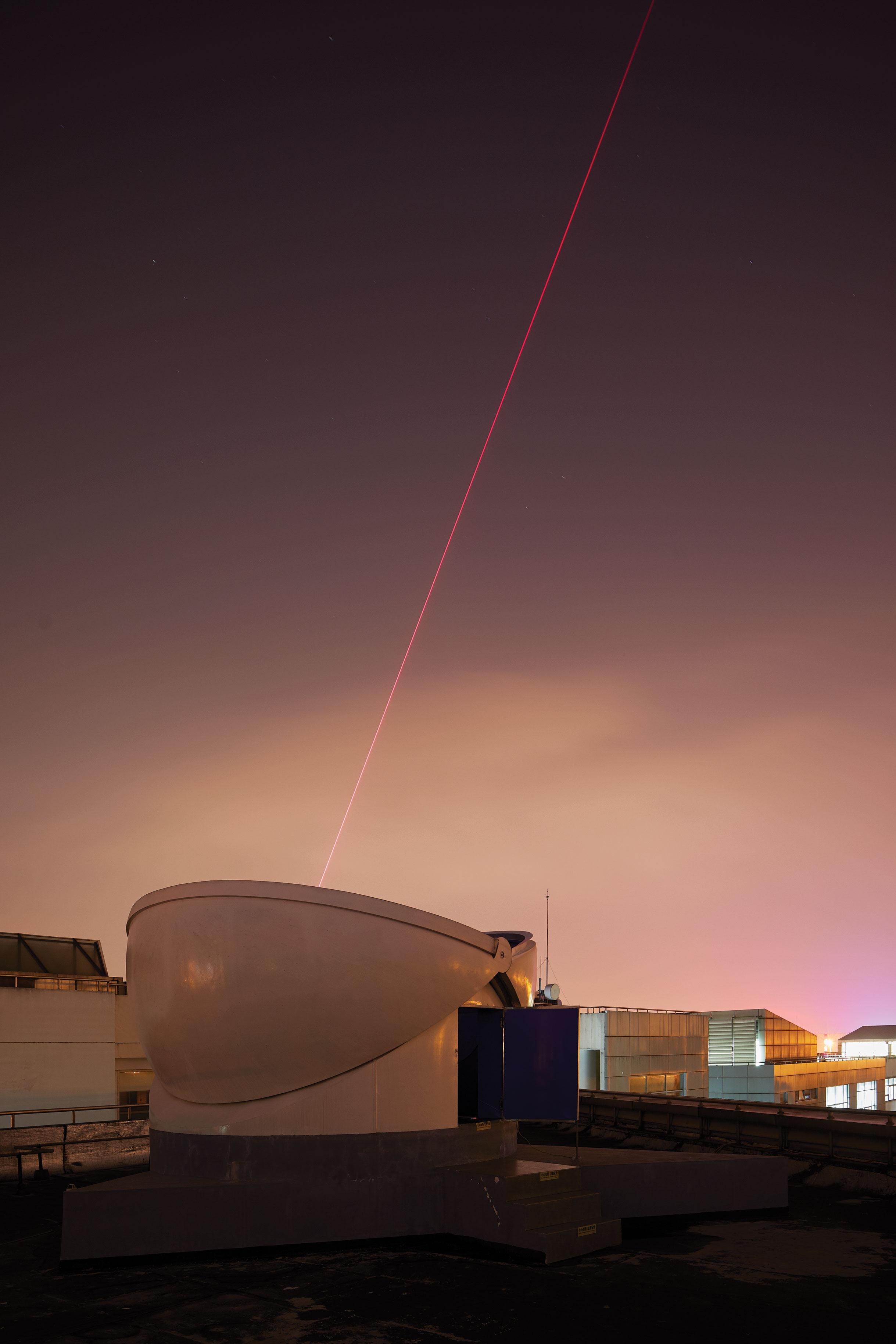 La imagen del receptor muestra un láser puntual utilizado para ayudar al satélite a conectarse a la estación terrestre.