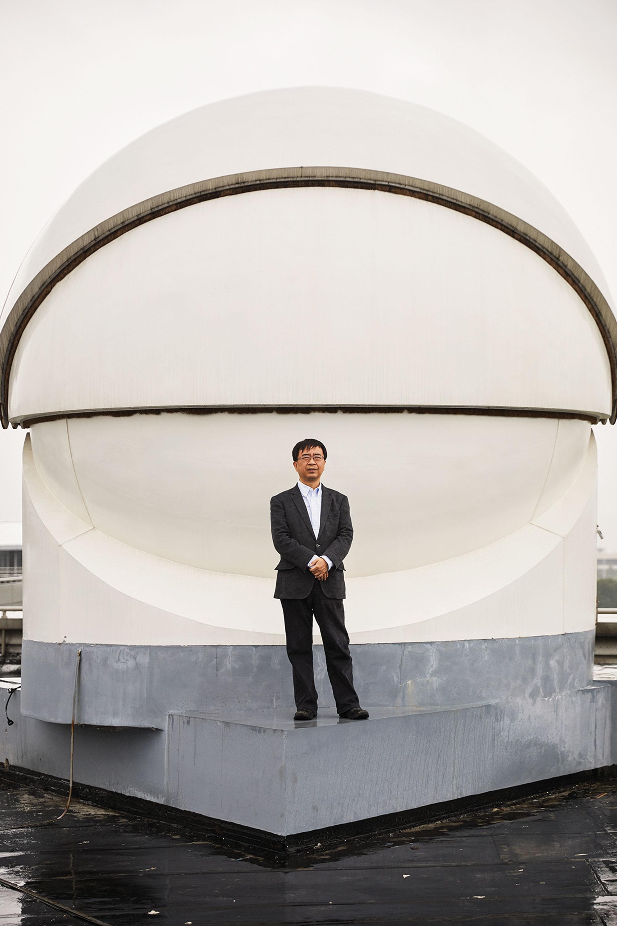 Jian-Wei Pan, parado frente a un receptor utilizado en la transmisión de señales ultra seguras del satélite Micius, ha ayudado a liderar los esfuerzos cuánticos de China.