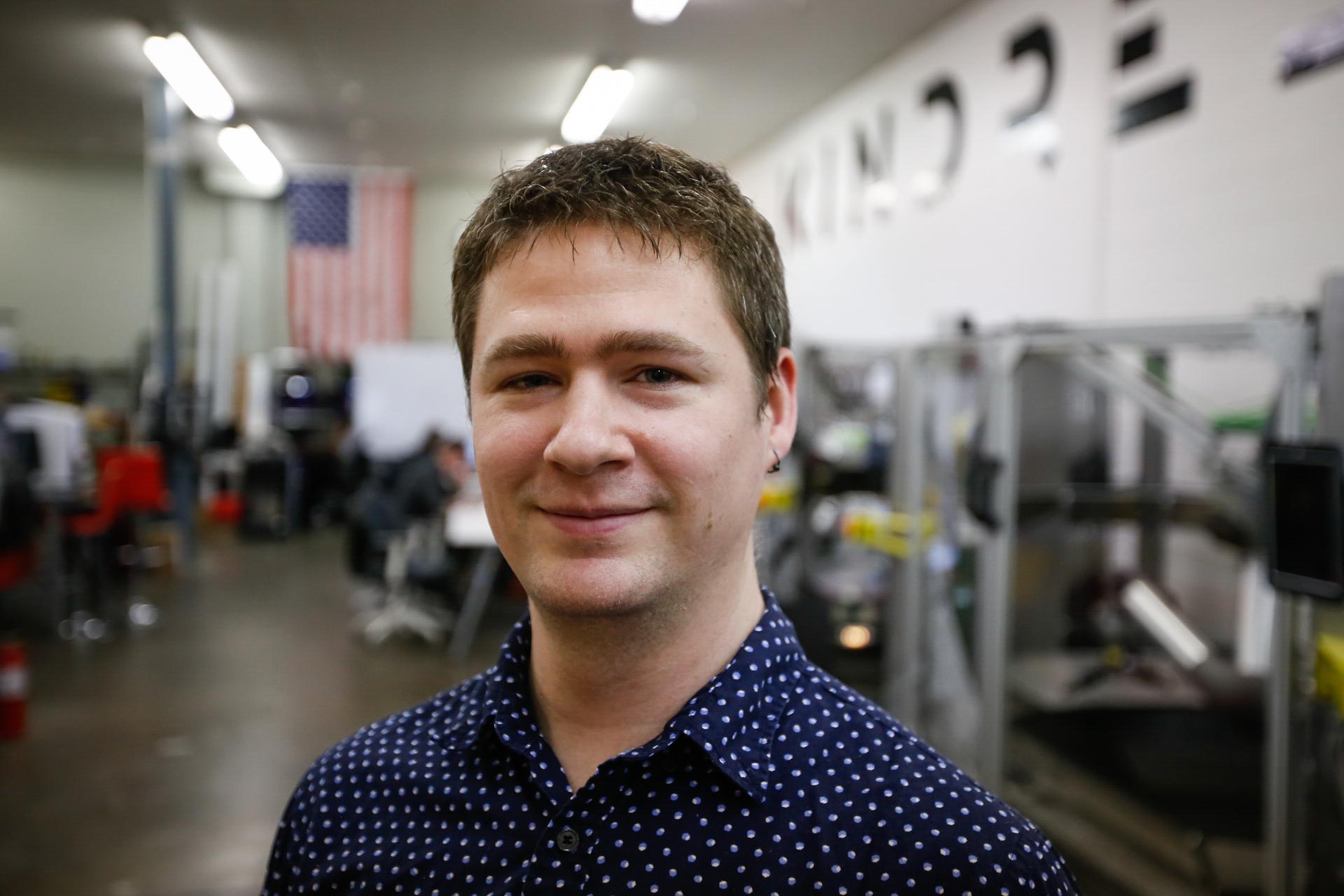 Chris Hayes, ingeniero de software y piloto principal de robots.