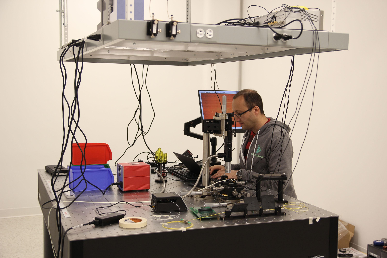 Arash Hosseinzadeh de Lightelligence trabaja en un banco óptico de la empresa