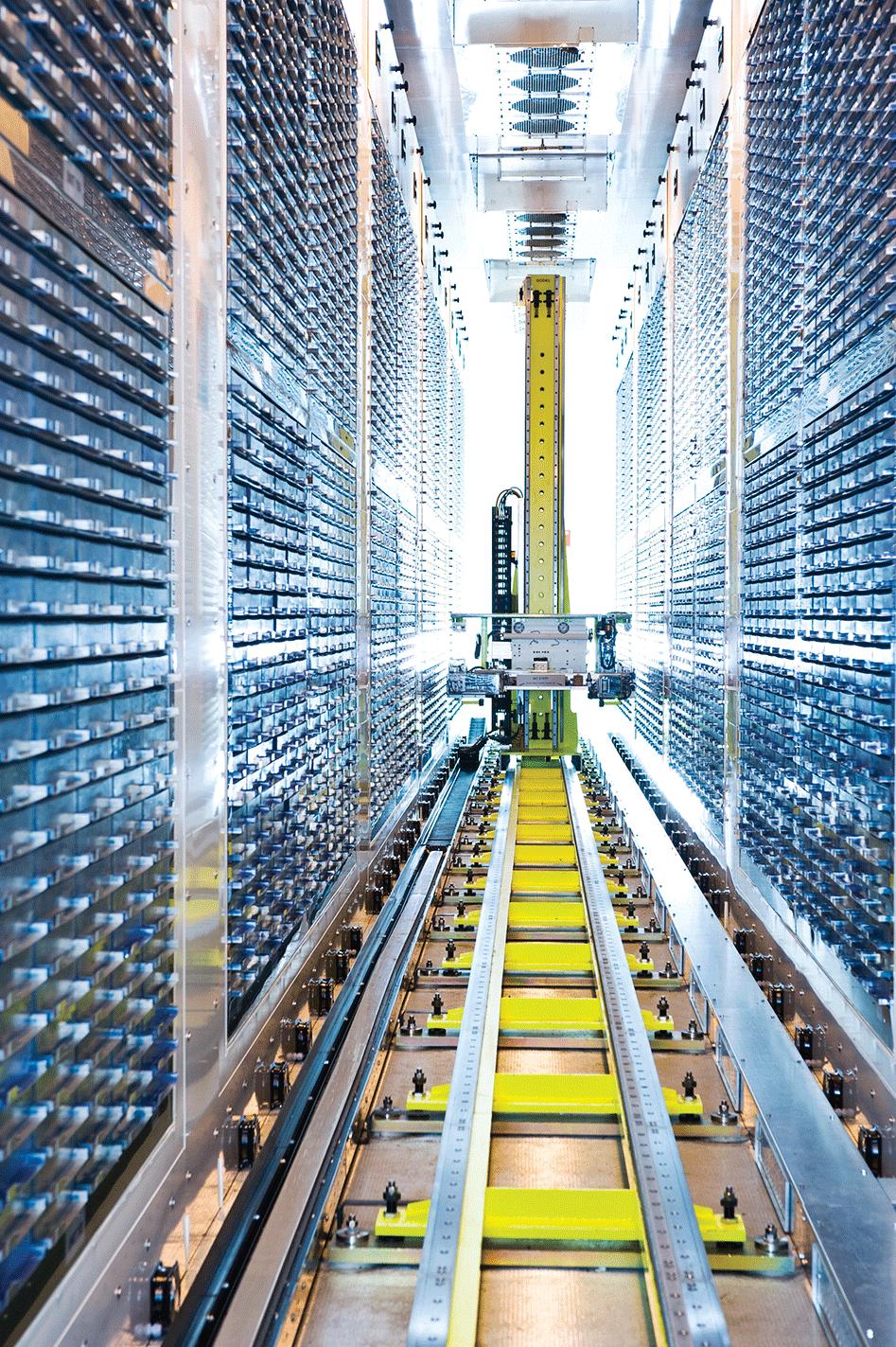 Los estudios genéticos son cada vez más potentes ya que involucran a más personas. Aquí, un robot en raíles busca entre muestras de ADN congeladas donadas por 500,000 voluntarios británicos como parte del Biobanco del Reino Unido.