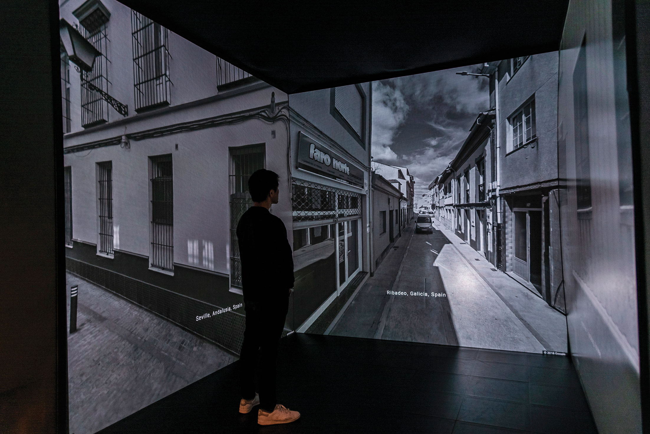 <u> In Imaginary Landscape </u> (2018) <br> Nao Tokui utiliza un algoritmo de aprendizaje automático para crear panoramas a partir de imágenes encontradas en Google Street View y los complementa con paisajes sonoros creados con redes neuronales artificiales.