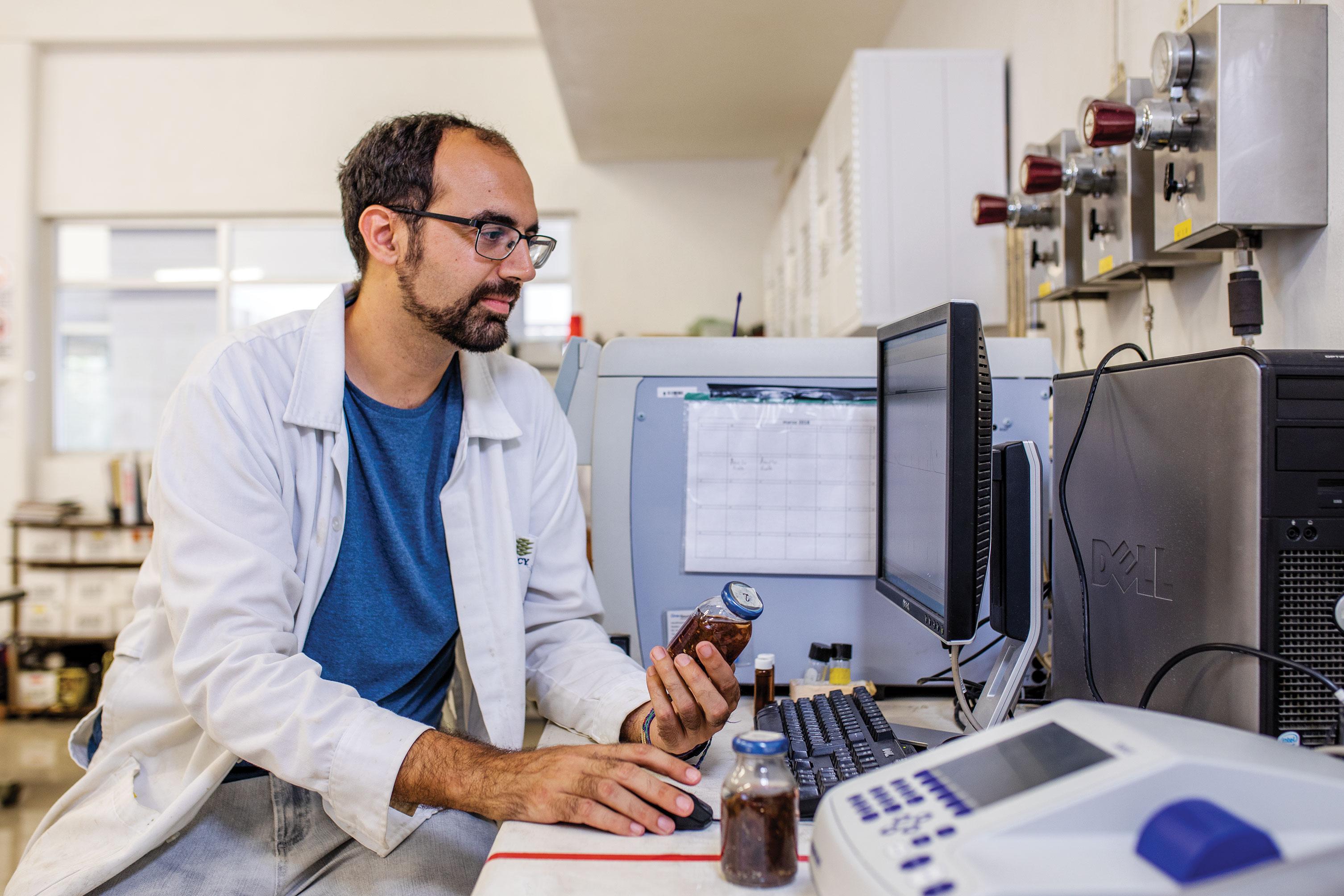 David Valero, investigador de doctorado en el Centro de Investigación Científica de Yucatán, está trabajando en un proceso para convertir las algas marinas en biogás que puede usarse para generar electricidad.