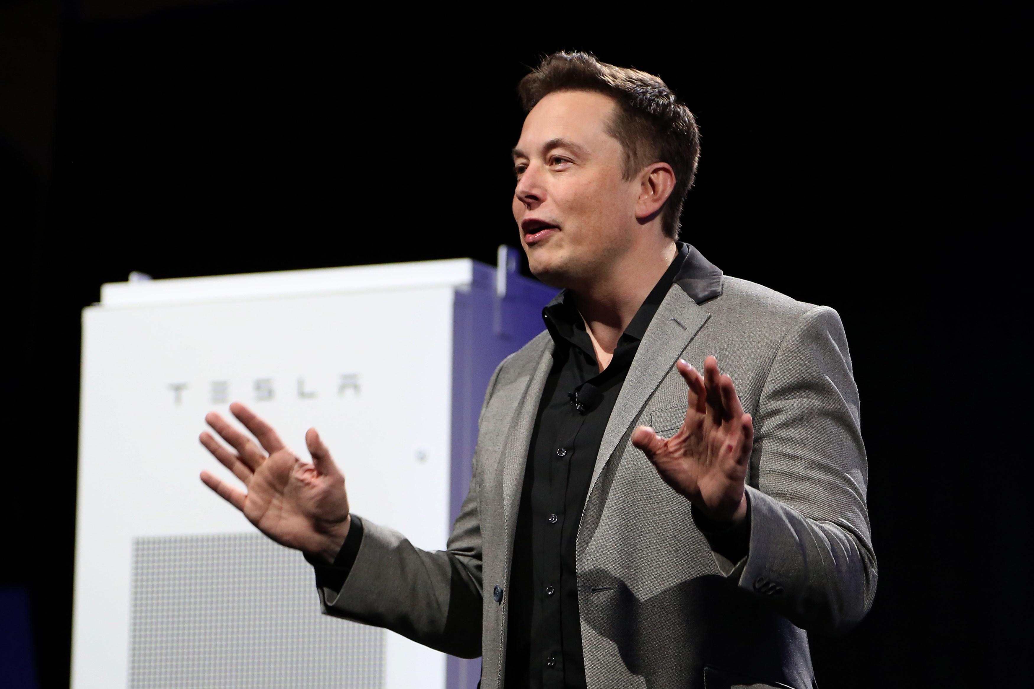 Tesla CEO Elon Musk revelando la empresa