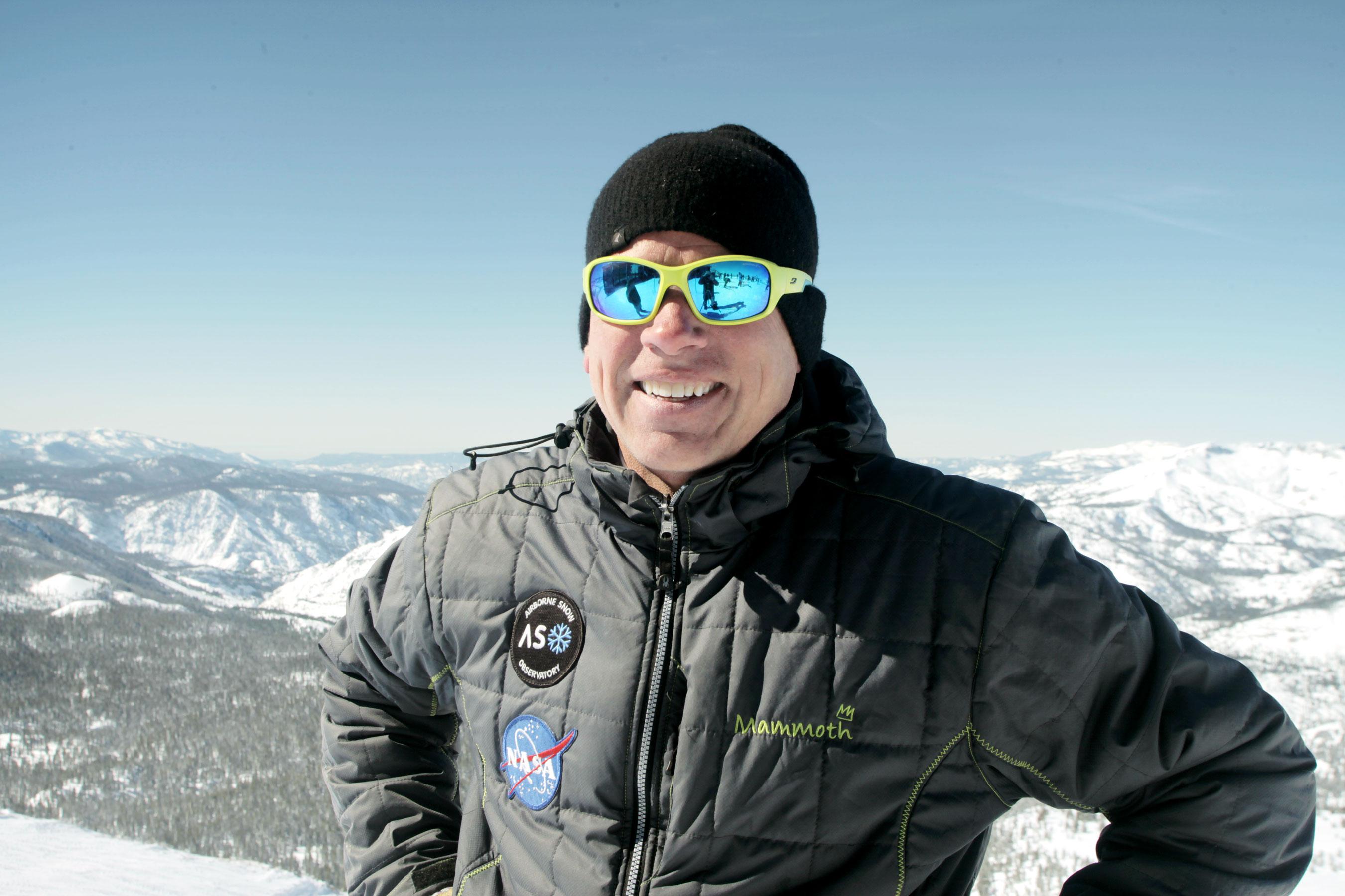 Thomas Painter, investigador principal del programa del Observatorio Aerotransportado de Nieve de la NASA, se encuentra frente a la cuenca hidrográfica de San Joaquín.