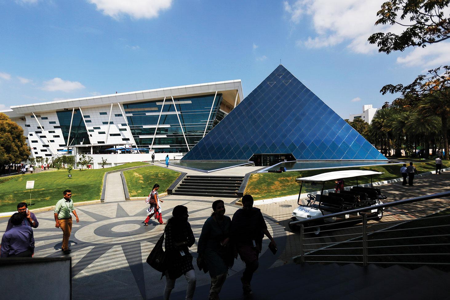 El tamaño y el prestigio de la industria de TI de la India se reflejan en el diseño de los campus de Infosys en Mysore (arriba) y Bangalore (abajo).