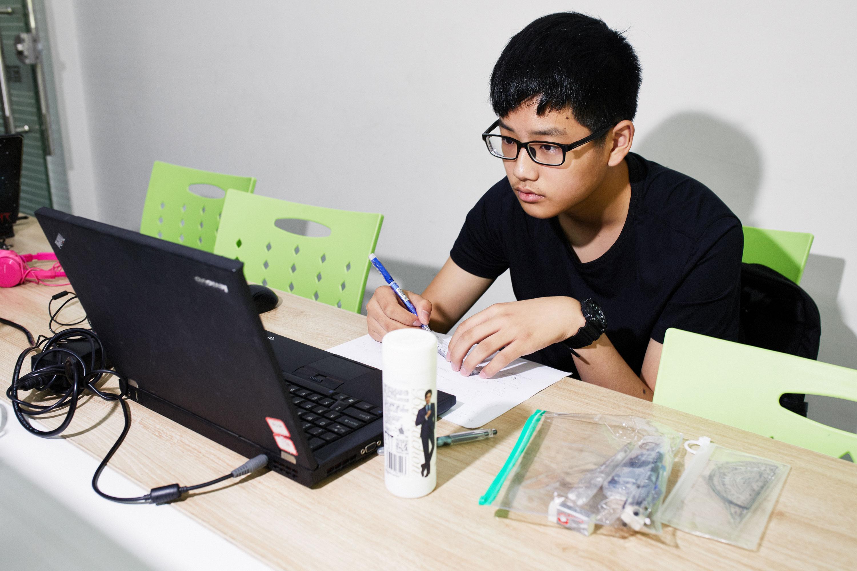 Zhou Yi toma una clase de tutoría de matemáticas con Squirrel AI.