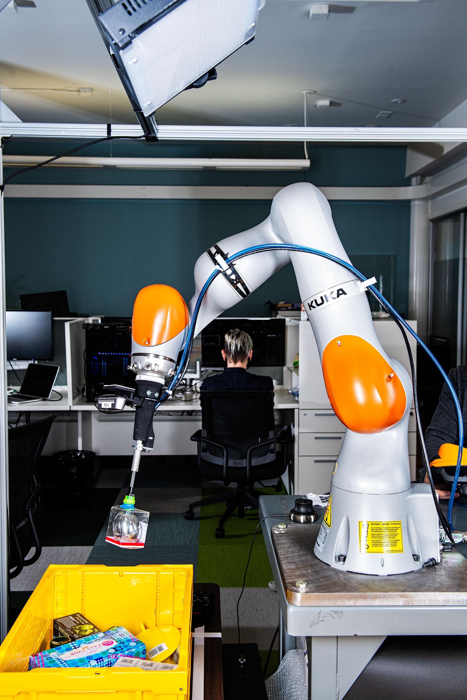 Un robot recupera productos de un contenedor en la sede de Osaro.
