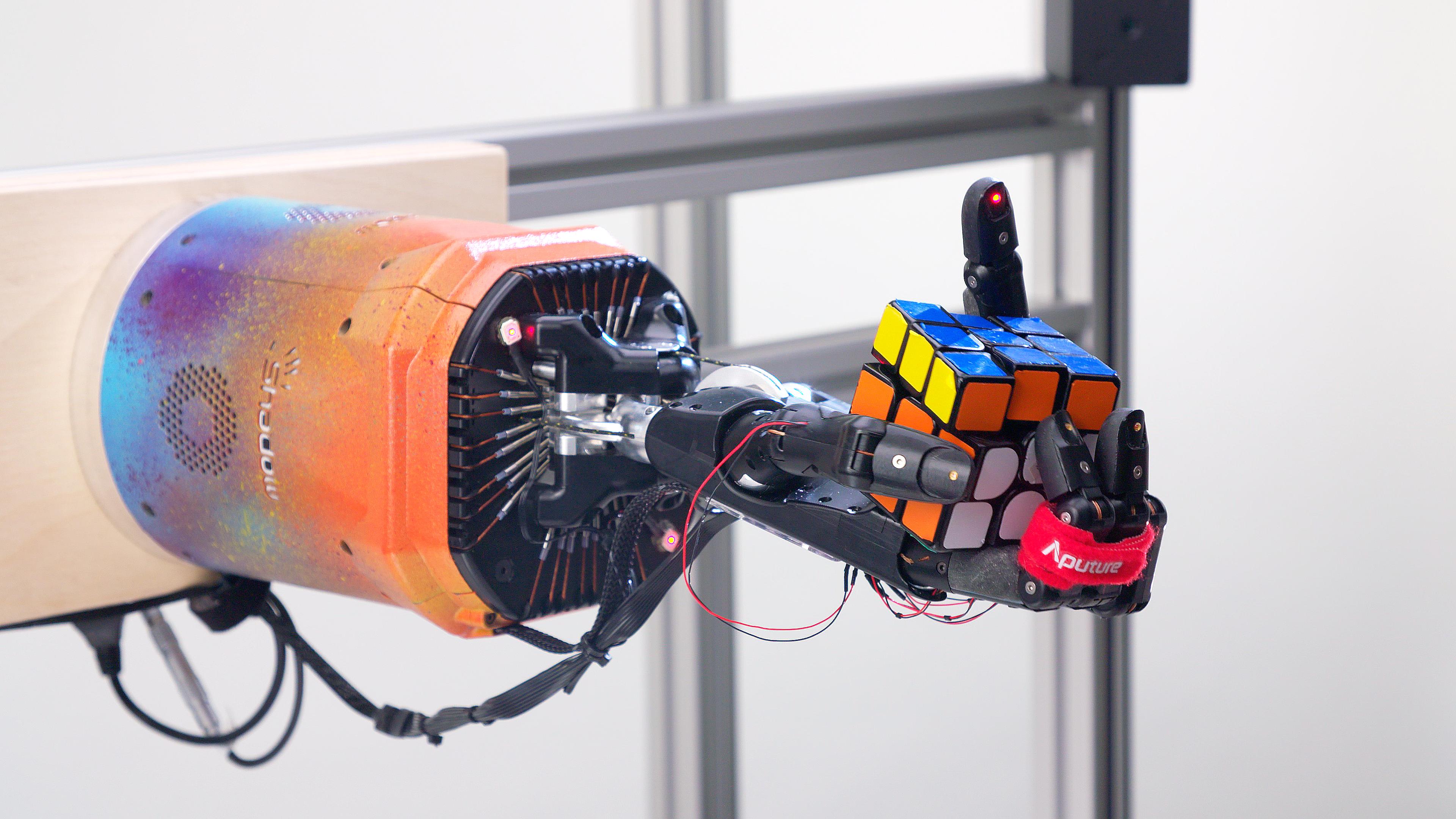Durante las pruebas, Dactyl resolvió con éxito el Rubik