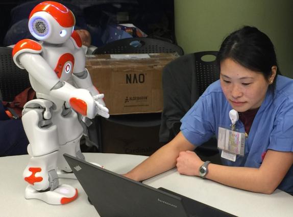 Los hospitales pueden acudir a este robot para que lo ayuden con cosas como asignar enfermeras, procedimientos y habitaciones a los pacientes.
