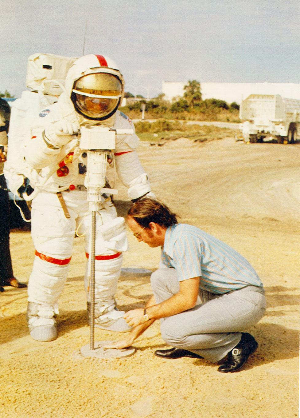Carrier ayudando con una simulación de perforación en Cabo Cañaveral con el astronauta del Apolo 13 Fred Haise.