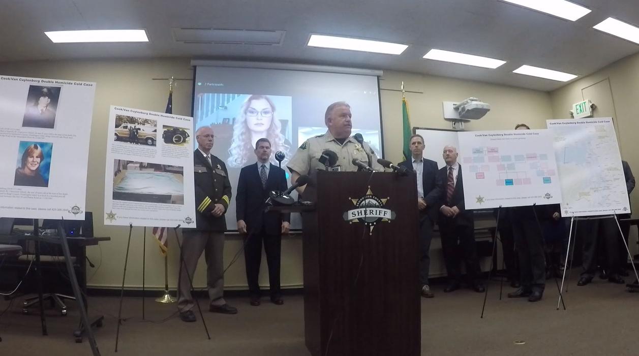 Genealogist CeCe Moore aparece en una pantalla detrás del sheriff del condado de Snohomish Ty Trenary en mayo. Moore ayudó a la policía a identificar a un sospechoso de asesinato, William Earl Talbott.