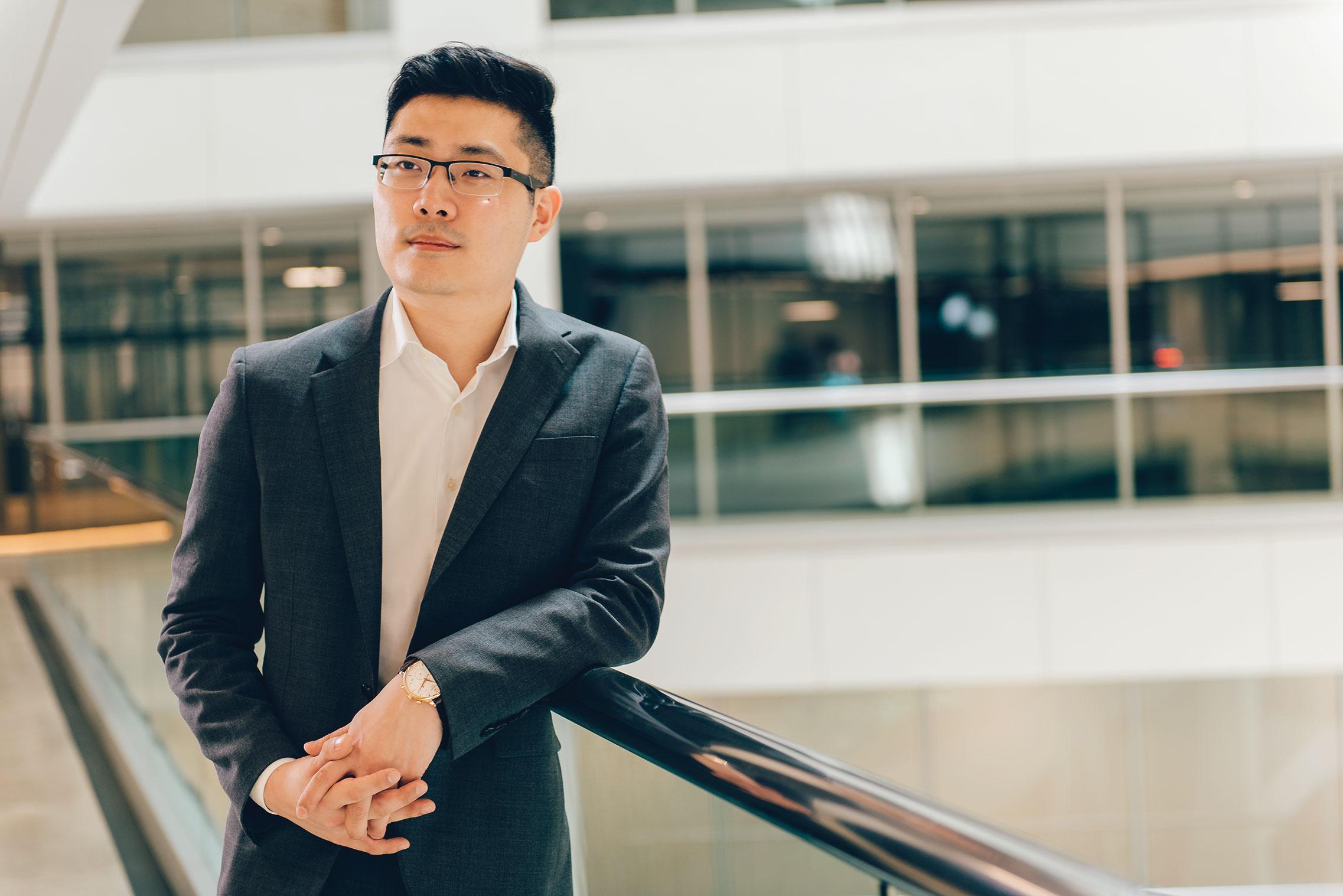 Hwang se ofreció como voluntario para la campaña 2008 de Obama a los 15 años y comenzó FiscalNote a los 21 años.