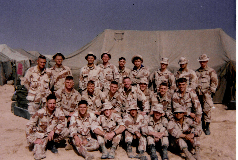 El pelotón de Swofford, alrededor de abril de 1991, en algún lugar del desierto de Arabia Saudita. El autor está en primera fila, tercero desde la izquierda. Su compañero de equipo de francotiradores, el sargento John (Johnny) Krotzer, es el segundo desde la izquierda.