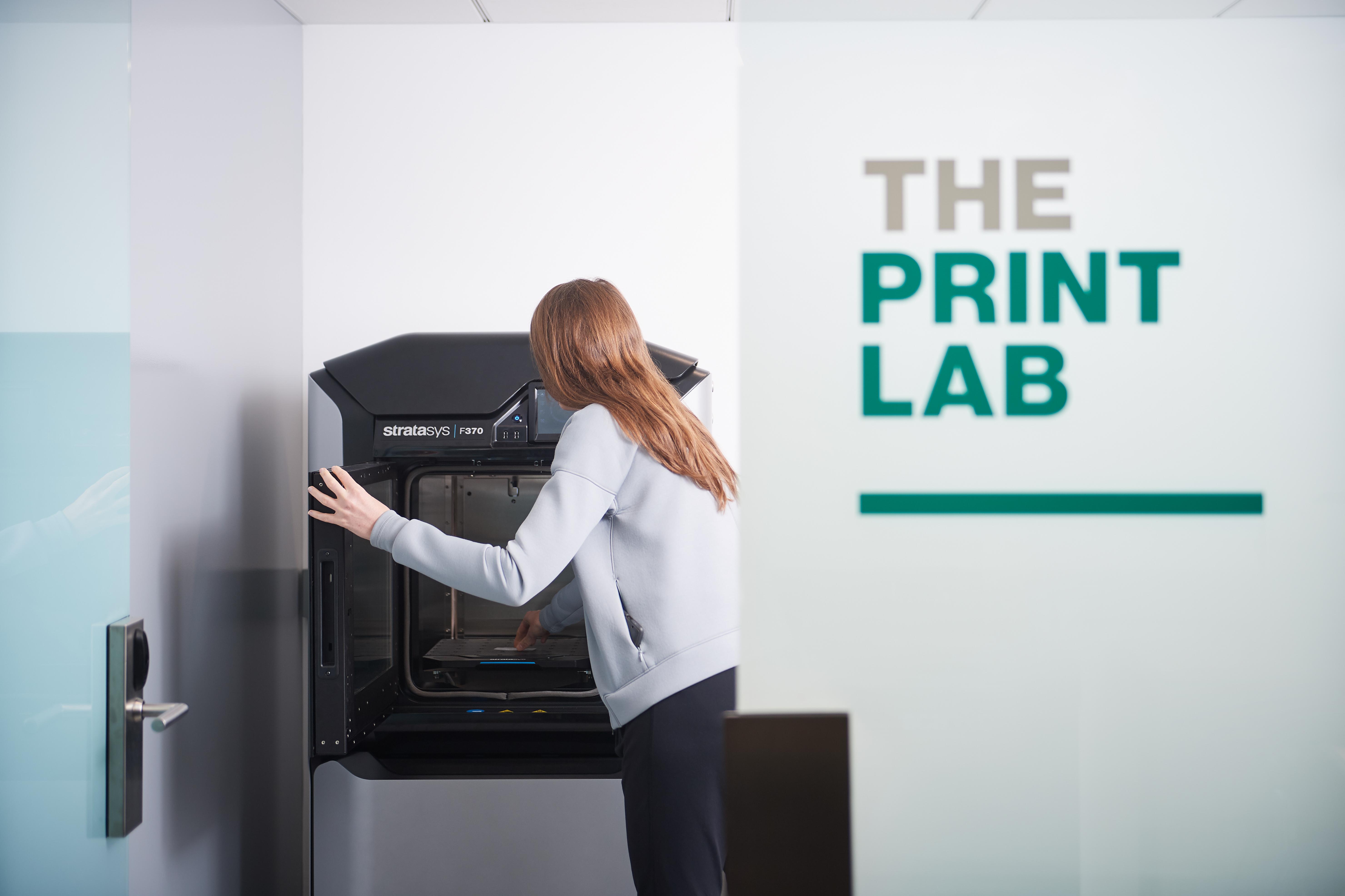 La planta del motor también tiene impresoras y laboratorios tridimensionales para experimentos de biología y química y pruebas ópticas.