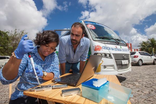 Jaqueline Goes de Jesus y Nuno Faria durante un estudio móvil del virus Zika en 2017. Los investigadores ahora están secuenciando el nuevo coronavirus.