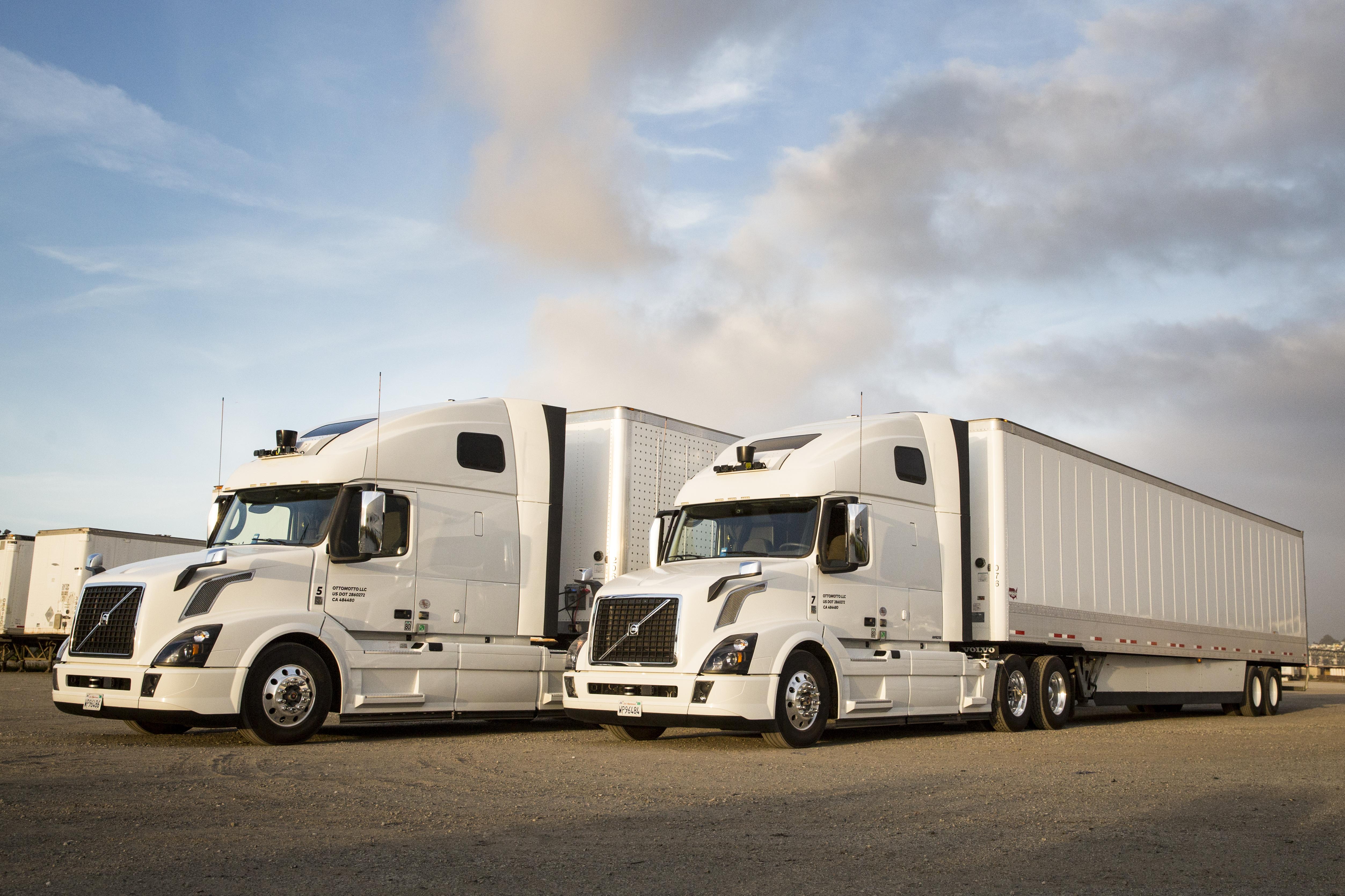 Dos de los camiones autónomos de Uber esperando su próximo viaje.