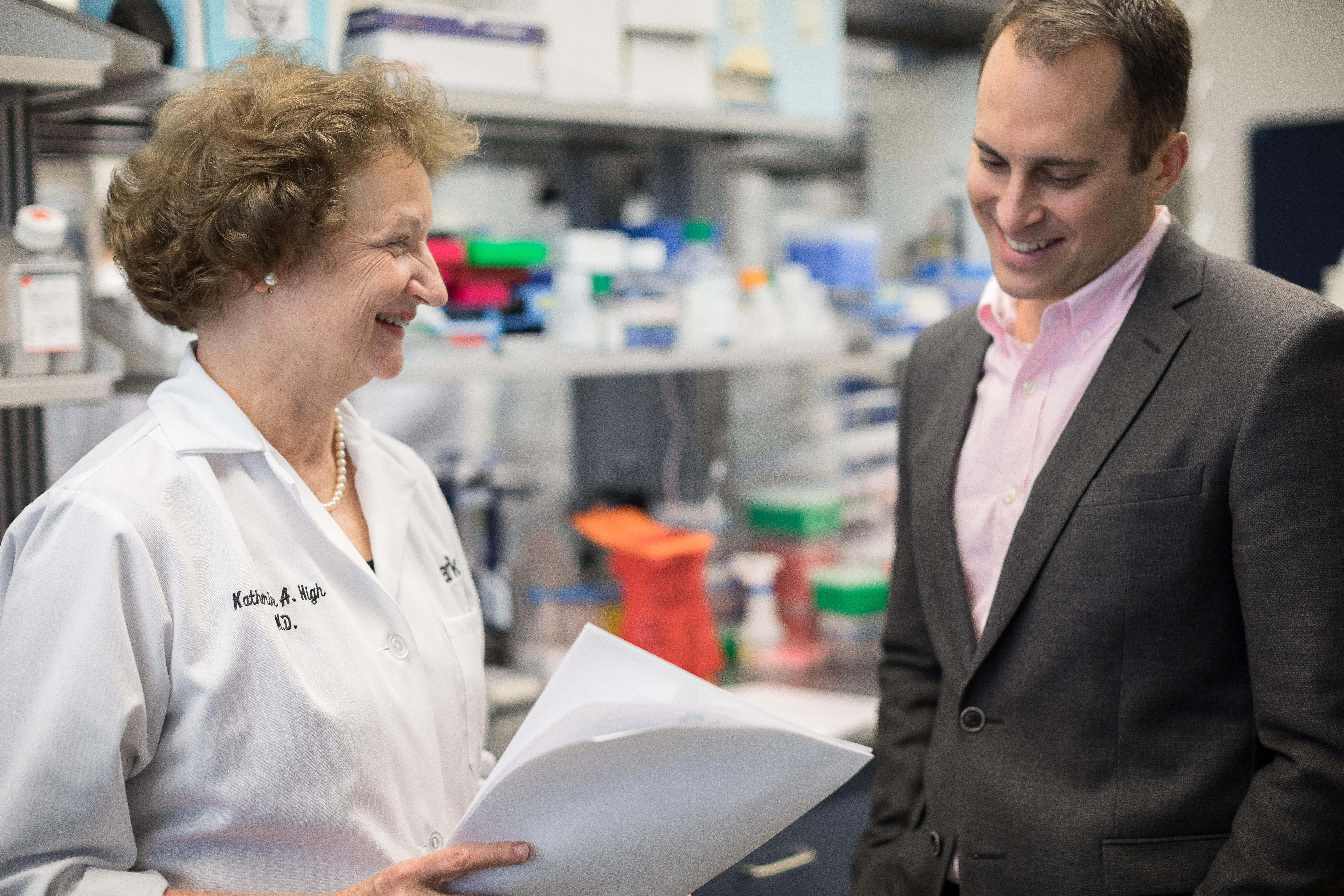 Katherine High, presidenta y directora científica de Spark Therapeutics, con sede en Filadelfia, y Jeff Marrazzo, CEO de la compañía.