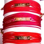 Bracelets Plaque Love en Vermeil jaune sur liens rose Fuschia, Framboise et Rouge par L by l'avare pour Comptoir des Filles