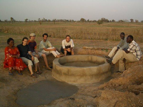 Modele De Lit En Bois Au Senegal : Un puits ? Sibassor de 13 m de profondeur financ? par l'association.