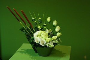 Floral_table_decoration_vegetables_and_roses