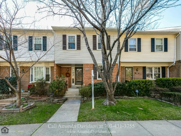 Alexandria VA Townhouse for Sale - Comfort, convenience and the best of retreat are yours in this beautifully appointed Alexandria VA townhouse for sale.