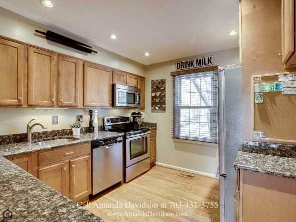 Alexandria VA Real Estate Properties for Sale - The updated gourmet kitchen of this Alexandria VA townhouse is ready to deliver the best home-cooked meals you'll ever taste!