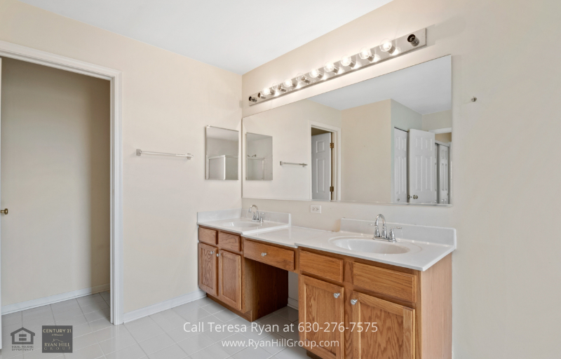 Real estate for sale in Streamwood, IL - The true haven of relaxation is here in the master bathroom.