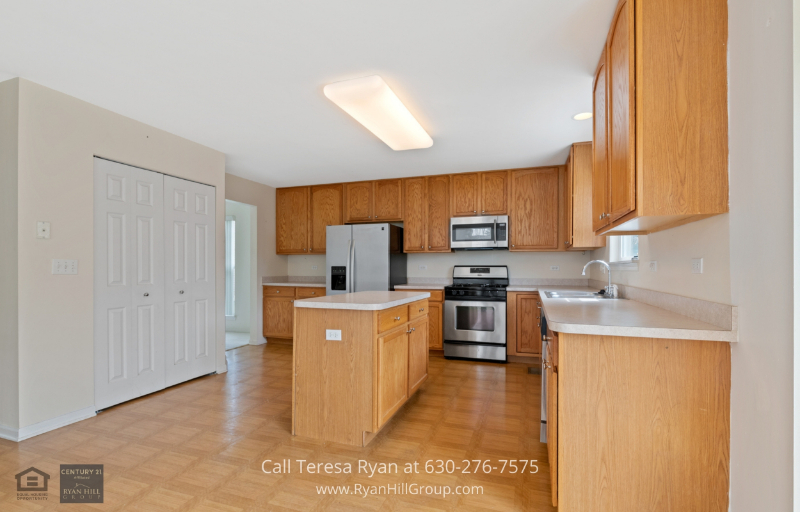 Real Estate in Streamwood, IL - Whip up your best dishes in this bright and spacious kitchen in Streamwood, IL, home for sale.