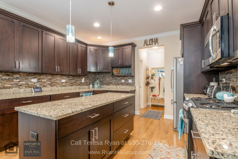 Real estate for sale in Burr Ridge IL- Entice your guests with delicious meals prepared in the impressive kitchen of this Burr Ridge IL home.