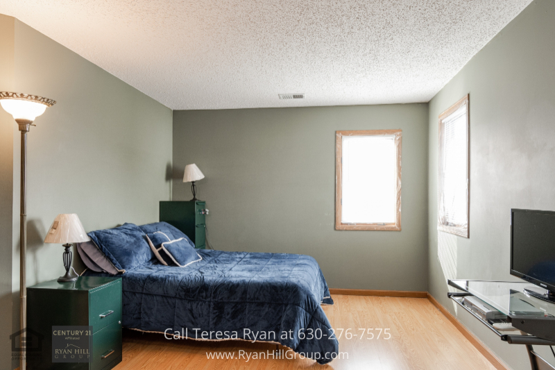 Naperville IL condo for sale- Full rest and relaxations are yours in the cozy master bedroom of this Naperville IL condo.