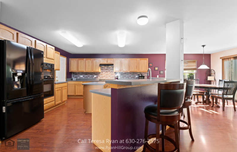 Plainfield IL real estate - Cook like a 5-star chef in this beautiful kitchen with a center island, eating bar, and eating area in this Plainfield IL property