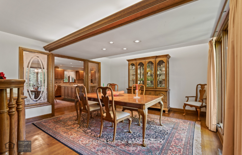 Winfield, IL real estate - The lovely dining room of this Winfield, IL property has 4 to 6 seating capacity