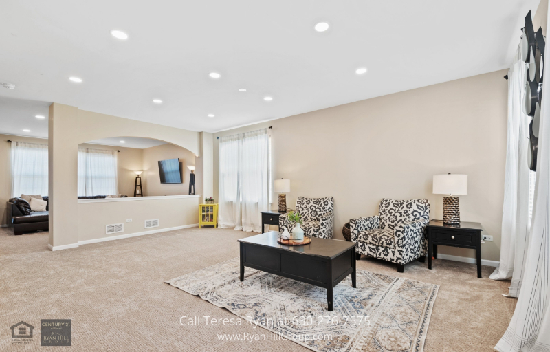 Bolingbrook IL Homes For Sale - The spacious feel of this home is expanded with its open floor plan and natural light.