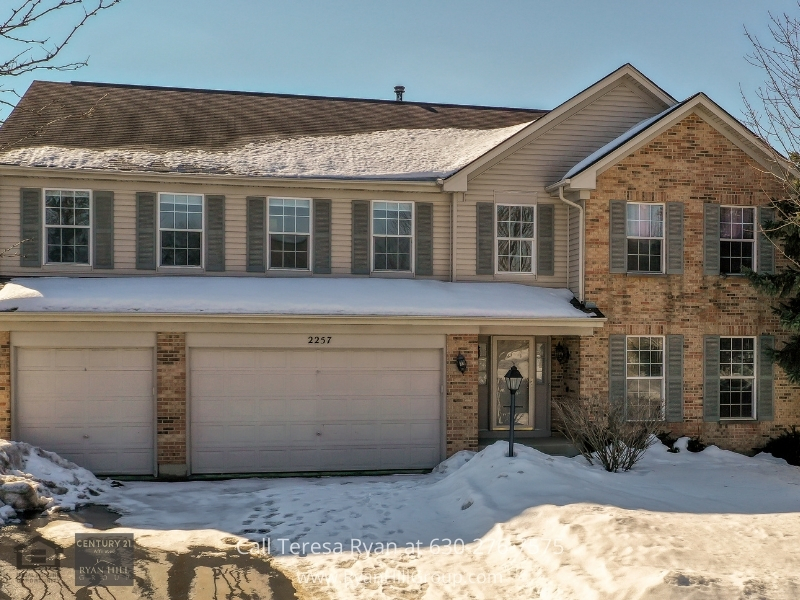 Algonquin IL real estate- Comfort and convenience are yours in this beautifully appointed Algonquin IL home for sale.