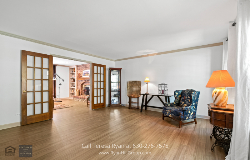 Real Estate in Naperville IL - Enjoy comfort and sophistication in this Naperville homes living room.