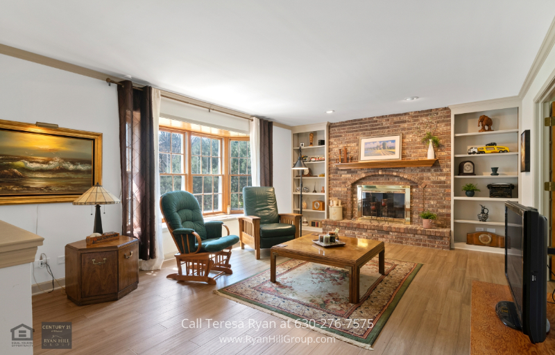Real Estate Properties in Naperville IL - Enjoy plenty of natural light and great views from the expansive bay window in this elegant family room.