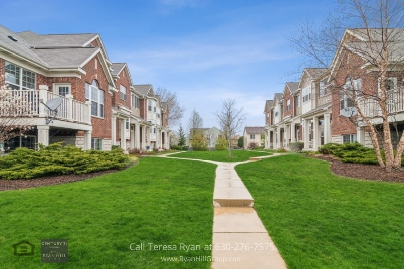 Naperville, IL real estate - Take a walk at the community park in the lovely neighborhood of Mayfair in Naperville, IL