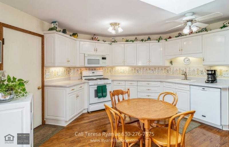 La Grange IL Real Estate - Cook delicious meals in this pristine kitchen with granite counters when you buy this La Grange IL home for sale.