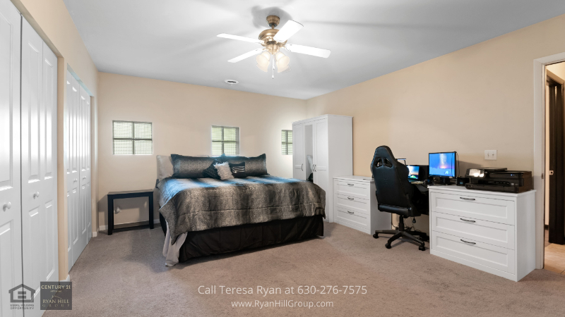 Bensenville, IL real estate - This Bensenville, IL home has a master bedroom with its own master bath and spacious wall closet.