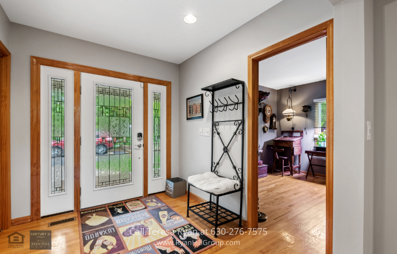 Real estate for sale in Warrenville, IL - Feel right at home as soon as you step into the foyer of this property in Warrenville, IL