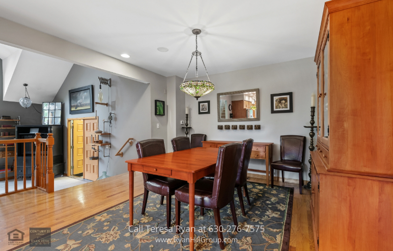 Warrenville, IL home - This Warrenville, IL home for sale has a lovely dining room with 4 to 6 seating capacity