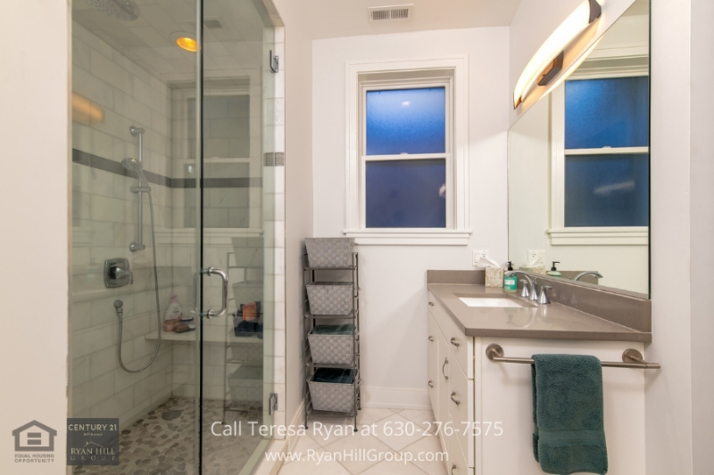 Condo for sale in Chicago IL- Everything you need for comfortable living is in this Chicago IL condo.