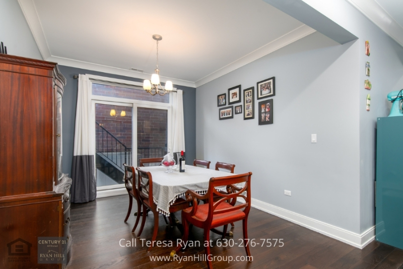 Real estate in Chicago IL- Enjoy delicious meals in the dining area of this Chicago IL condo.