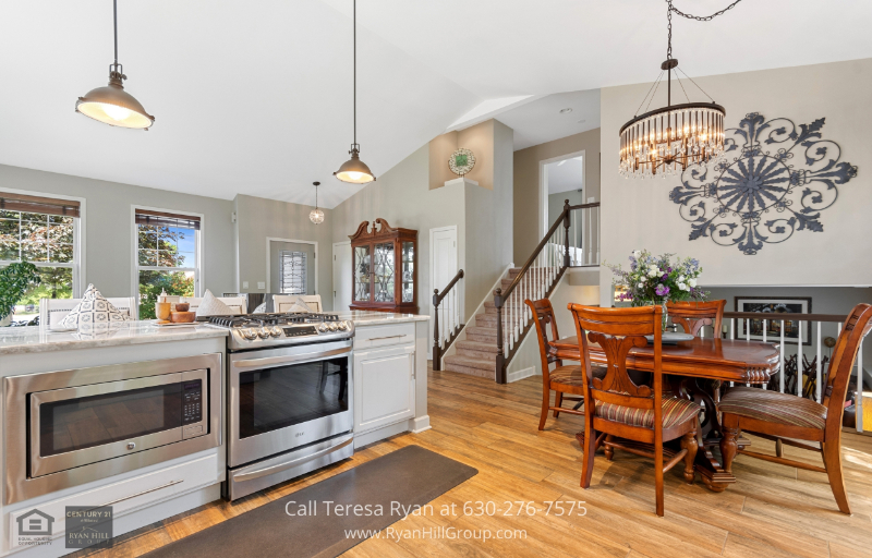 North Aurora, IL real estate - Be your own star chef in this kitchen/dining room combo in this home for sale in North Aurora, IL