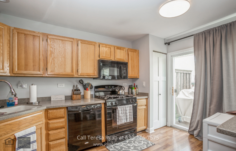 Elk Grove Village IL Real Estate for Sale - Unleash your inner chef in the open kitchen of this Elk Grove Village IL home.