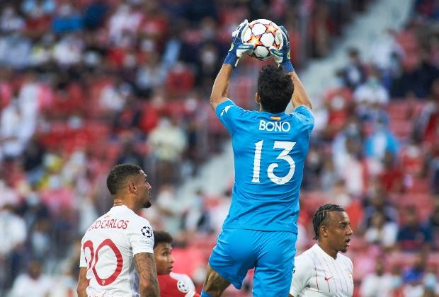 Bono fue protagonista en el empate de Sevilla / AFP